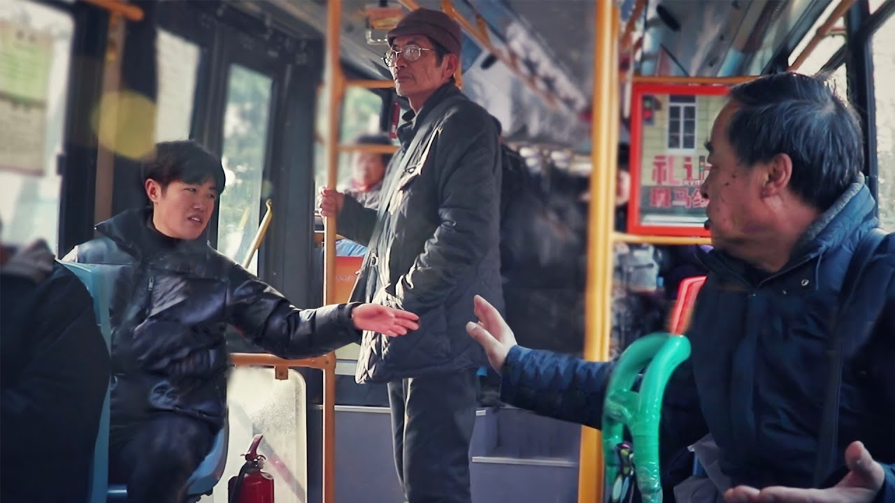 Old Man Gets Insulted on The Bus | Social Experiment 当老人乘坐公交遭嫌弃辱骂,看到这一幕的大家会怎么做?(社会实验)