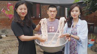 【食味阿远】阿远买10斤猪大肠做水煮肥肠,二姐帮忙清洗,二姐:味道真冲 | Shi Wei A Yuan