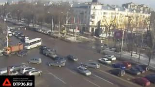 В Сети появилось видео массовой аварии на Московском проспекте в Воронеже(Видео: http://dtp36.ru/, 2017-03-03T08:06:53.000Z)