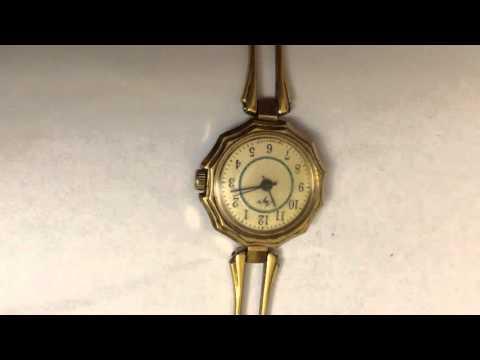 Женские золотые часы с перламутровым циферблатом Gucci .