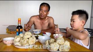 1534 老妈三伏天蒸包子,掀锅那刻我就看馋了,小七忍病说要全吃光?