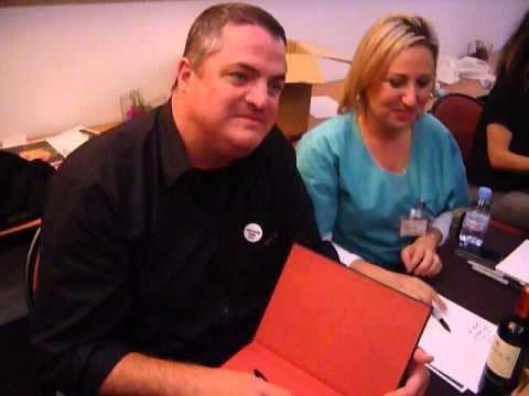 Steven W. Bailey reçoit un cadeau original à la GreysCon  Paris