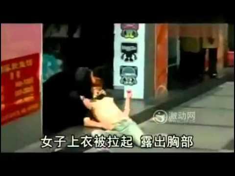 Hôn ngực thiếu nữ say rượu nơi đông người