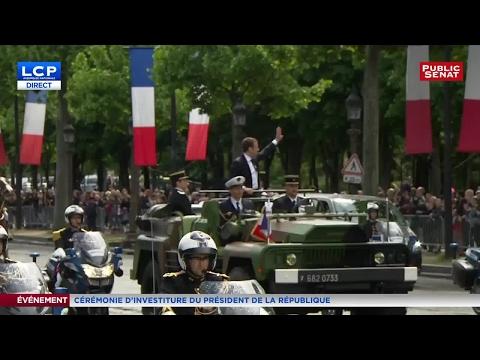 Emmanuel Macron remonte l'avenue des Champs Élysées en véhicule militaire