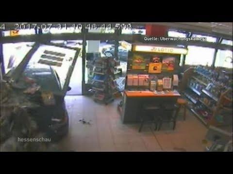 Oberursel  - Auto fährt in Kiosk