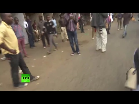 Images de Kibera, au Kenya, où l'opposition manifeste en brûlant des pneus
