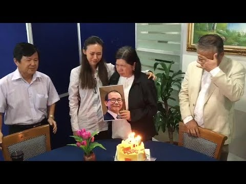 Family, friends celebrate Pastor Koh's birthday at Suhakam inquiry