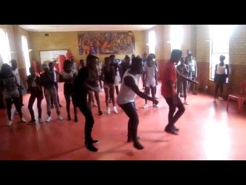 Durban Nyts choreographing Ghetto Revolution students