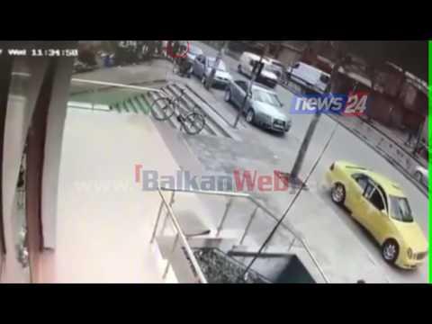 """""""BalkanWeb"""" siguron pamjet e sulmit, shihni se si agresorët iu turrën gazetarit Elvi Fundo"""