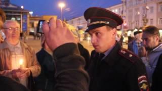 В Саратове полиция задерживают людей со свечами в руках