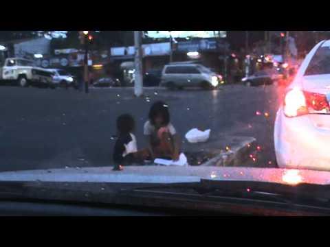 M2U01552.MPG Paraguay - Asunción, capital... Niños Indigenas mendigando por las calles...