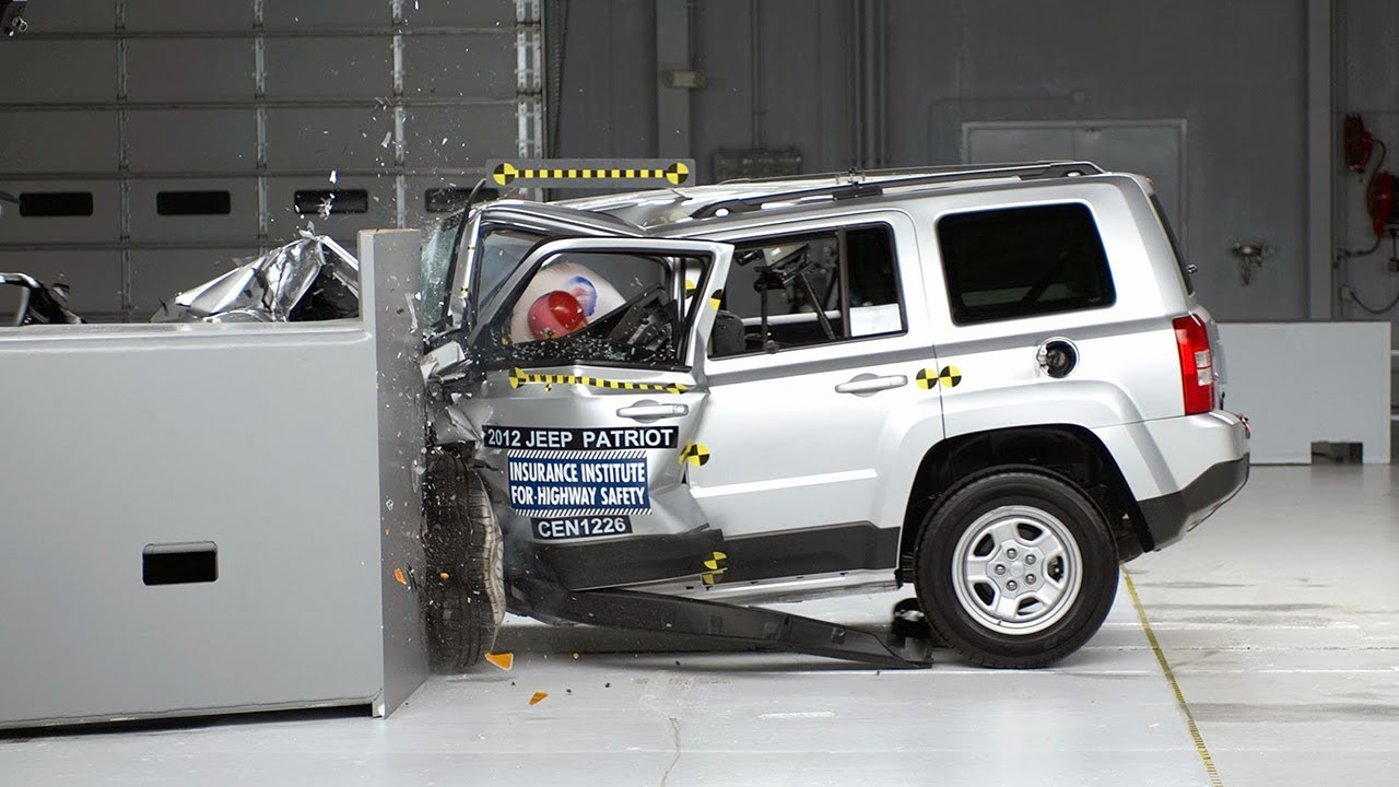 2012 Jeep Patriot driver-side small overlap IIHS crash test