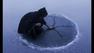 Er schlägt gegen das Eis, schau was danach passiert.... 😱