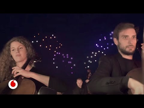 100 drones iluminan el cielo bailando con música de Beethoven