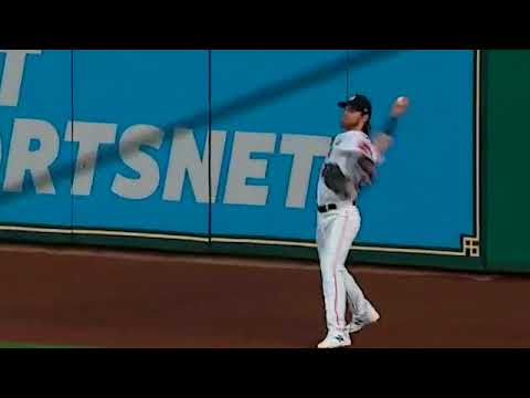 Josh Reddick makes an outstanding leaping catch