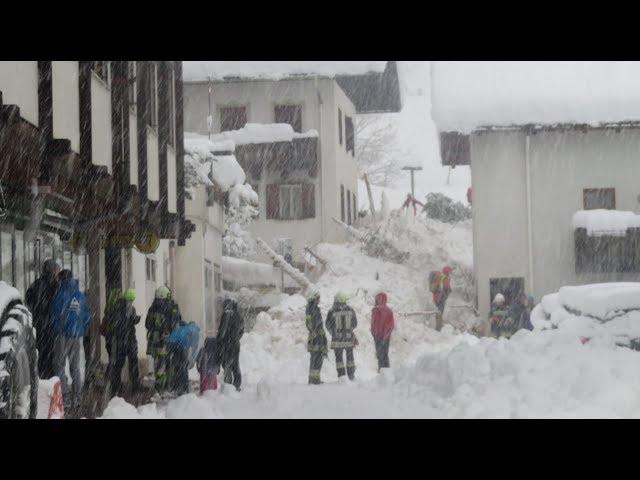 ÖSTERREICH UND SÜDTIROL: Alpenregion versinkt unter Schneemassen