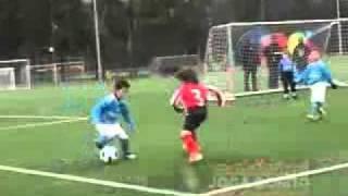بالصور والفيديو طفل مغربي في طريقه لإطاحة ميسي ورونالدو من على عرش الكرة العالمية !!!