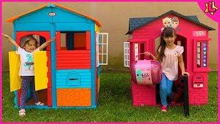 Laurinha finge brincar com casa da lol de brinquedo para crianças