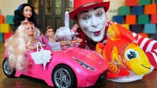Palhaço e Barbies fazem amizades. Vídeos engraçados de brinquedos para crianças.