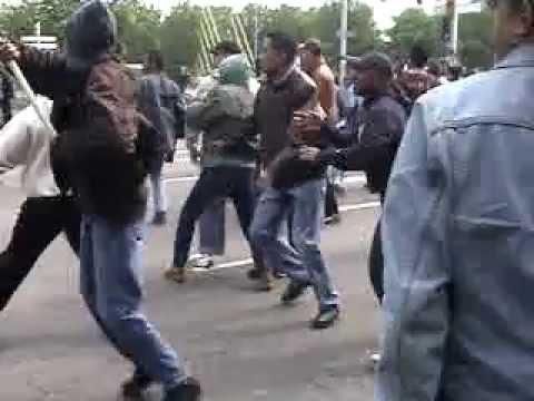 De Mobiele Eenheid Provoceerd Molukse Demonstranten RMS-Dag 25/04/2002