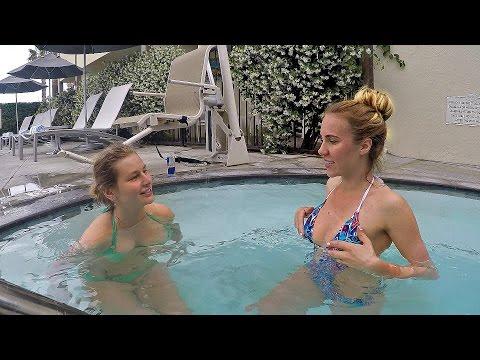 Красивые девушки танцуют, раздеваются, плавают в бассейне