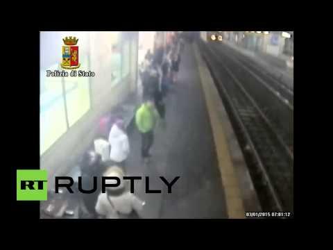 В Италии полицейский спас бросившуюся под поезд девушку