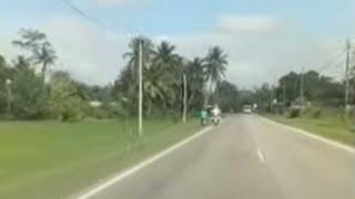 Video tular memaparkan seorang remaja menunggang motosikal terjatuh...