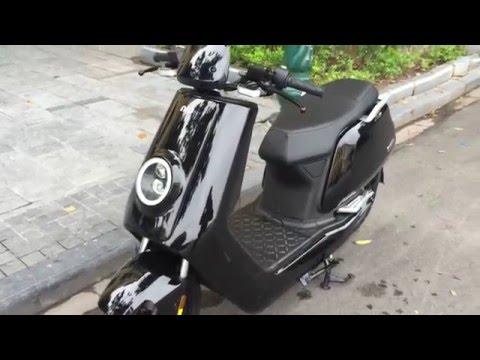 Xe máy điện BOSCH NIU N1 E-SCOOTER khoe dáng trước cửa hàng hàng hiệu PRADA tại Hà Nội