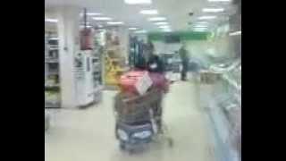 Кот ест мясо с подноса в магазине
