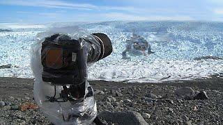Der Mann richtet seine Kamera auf Eis und hält das Unmögliche auf Band fest...