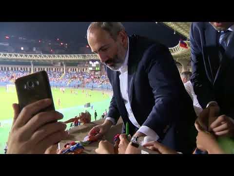 Никол Пашинян пришел на второй тайм товарищеского матча между легендами мирового футбола в Ереване