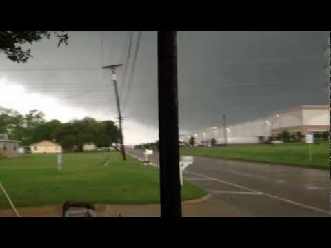TORNADO FORMATION: Wall cloud & sirens going off in Dallas, TX ★★★★★