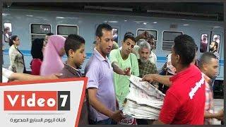 """""""اليوم السابع"""" تواصل غزو المترو بالأعداد المجانية لليوم الثالث"""