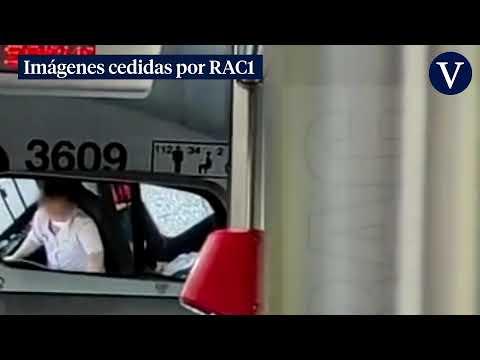 Un conductor de autobús usa el móvil y come pipas mientras conduce por Barcelona