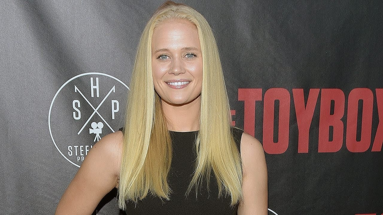 Former 'Lizzie McGuire' actress Carly Schroeder enlists in the Army