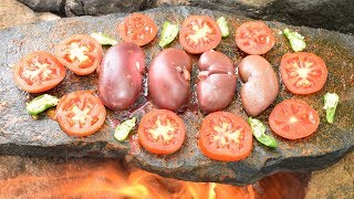 Survival Techniques Ancient Style Cooking Pig Kidney On Stone