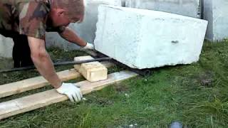 Двигаем фундаментные блоки.(Как передвинуть фундаментный блок весом 400 кг одному человеку- легко.Но лучше с помощником., 2015-08-23T17:10:56.000Z)