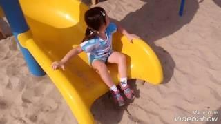 Дети играют на Детской игровой площадке Горки и Игры Для детей Канал Для детей Макс и сестра