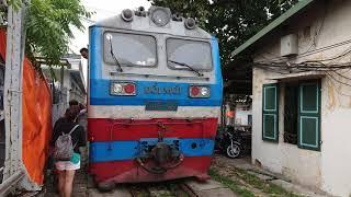 ベトナム国鉄ロンビエン駅発車 Train Departure from Long Bien, Viet Nam