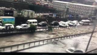 İstanbul'da son dakika sağanak yağmur Davutpaşa yolu işte bu şekilde ana yolda rafting yapılır