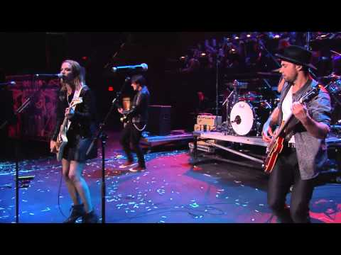 "APMAs 2015: Halestorm perform ""Love Bites (So Do I)"""
