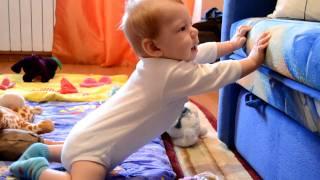 видео Когда ребенок начинает стоять на ножках без опоры, во сколько месяцев