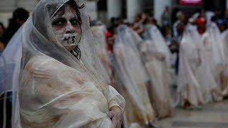Мехико  43 плакальщицы оплакали убитых студентов