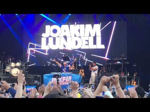 Joakim Lundell waiting for hela låten live