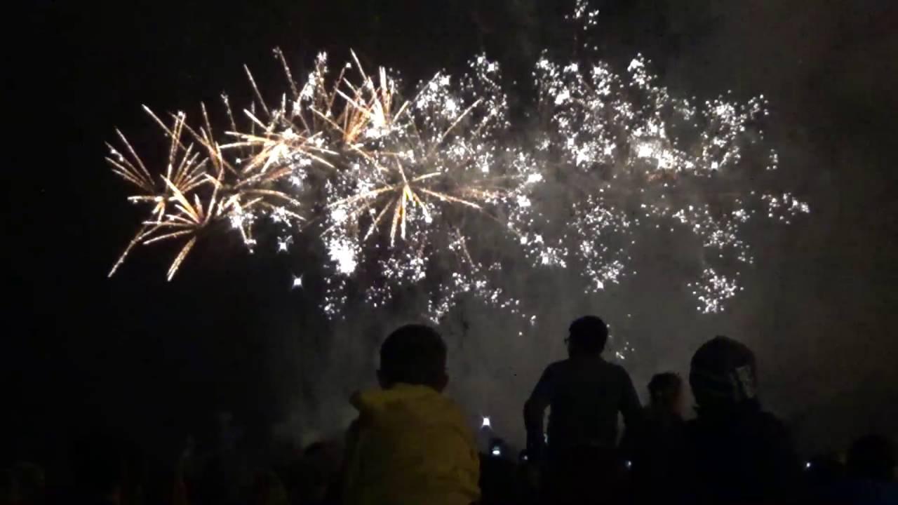 фото с фестиваля фейерверков в зеленоградске одной стороны