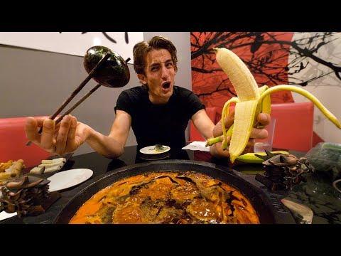 外国人把皮蛋和香蕉放在麻辣火锅里: 哪个最好吃?