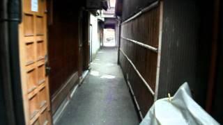 2011年1月1日に撮影。祇園の中心から離れている通りから祇園に通じる細...