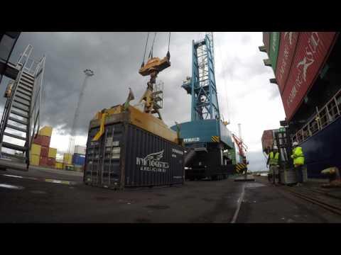 Containerskib tømmes på Fredericia Havn