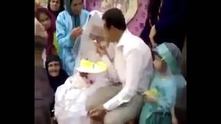 العريس سخن على العروسة قدام المعازيم .. شوفوا عمل فيها ايه