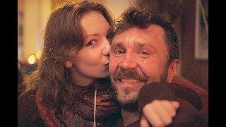 Сергей Шнуров гуляет со своей дочерью Серафимой